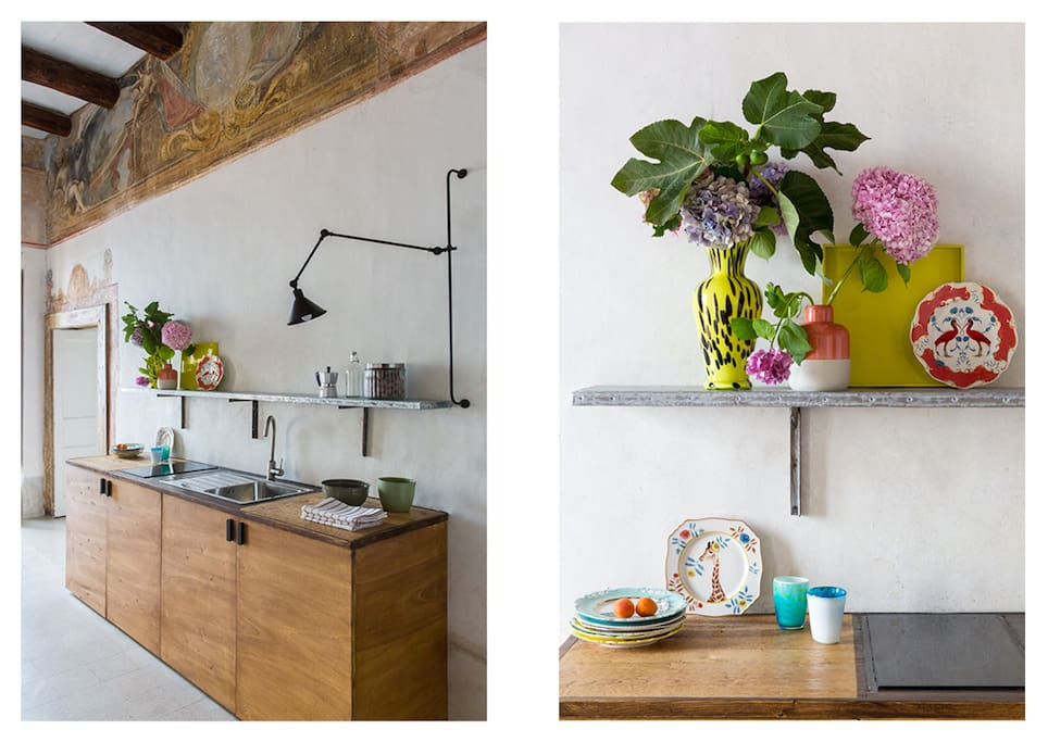 The kitchenette in the livingroom with flowers and decor