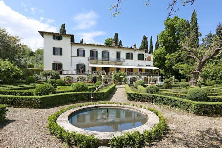 Beautiful Estate,Maze garden, private pool,13bdr