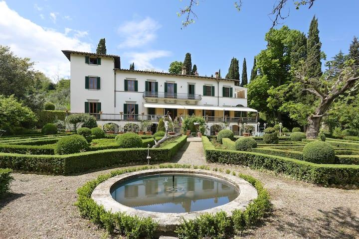 Private Estate Pool Maze garden , parking,weddings