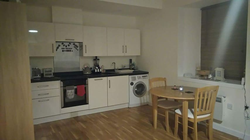 Modern+spacious flat with parking+free wifi - Redruth