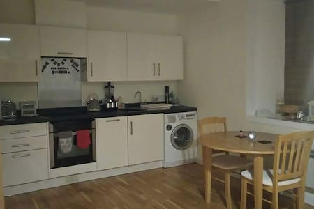 Modern+spacious flat with parking+free wifi - Redruth - Apartment