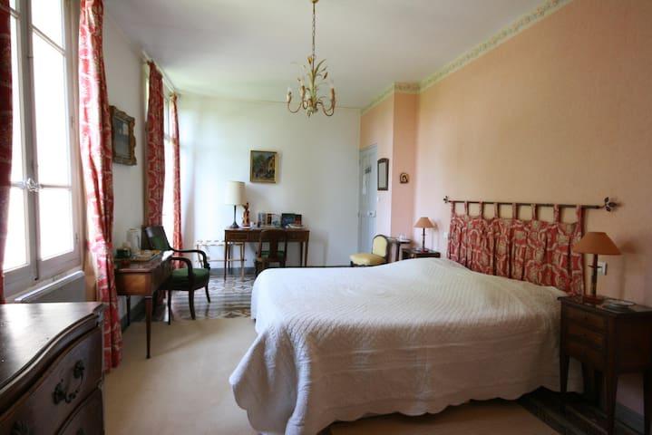 Au pied du Luberon, B&B (1S) dans Mas au calme - Cavaillon - Bed & Breakfast
