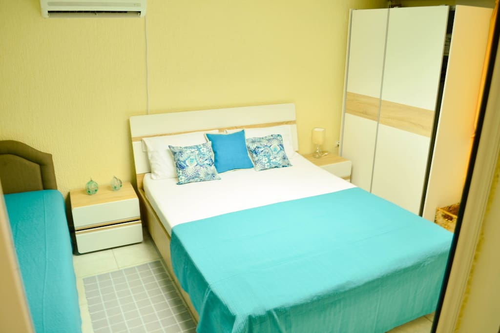 The bedroom includes a double bed, a single bed and a closet.