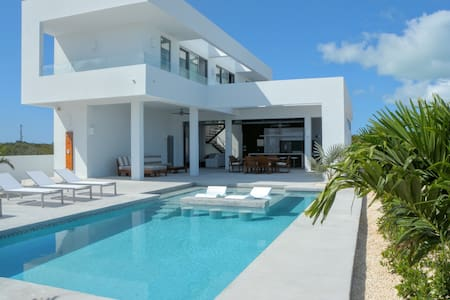 Ultra Modern Villa - Great Location and Ocean View
