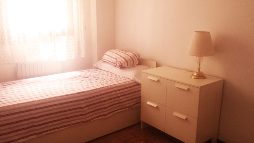 Private room 2 beds close to bus/train/center - Guadalajara - Appartement