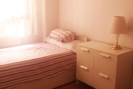 Private room 2 beds close to bus/train/center - Appartement