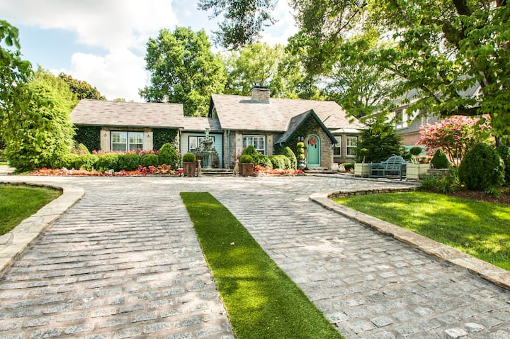 Charming Stone Cottage Loft, Highest End Location!