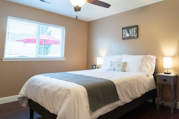 Master #1 - 1 queen bed, walk-in closet, private bathroom with tub/shower combo