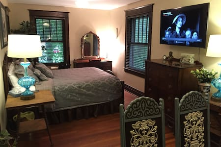 "Private Room in ""Historic West Side"" Home - Springfield - Casa"
