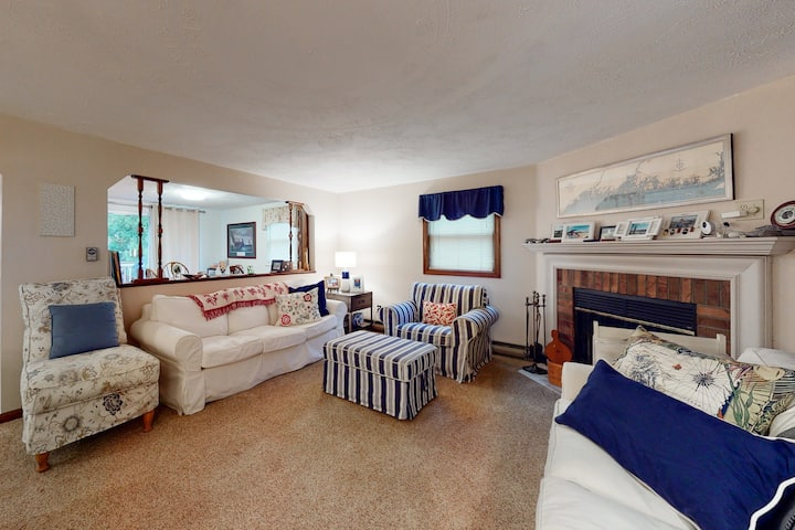 Family-friendly home with WiFi, washer/dryer- close to beach!