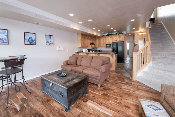 1 Bedroom Vacation Condo - Huntsville, Utah Lodging near Snowbasin Resort LS52A