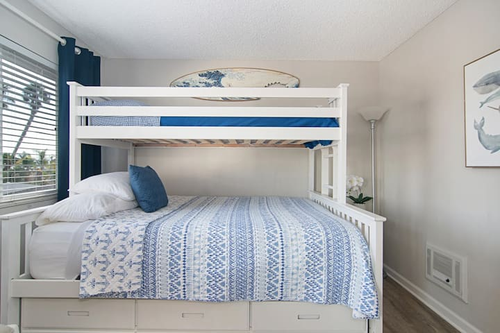 3 beds! Twin + Queen + pullout twin bunk