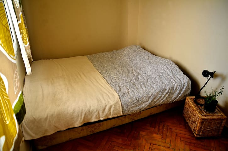 Double bed at a cozy flat in middle of Bornova - Bornova - Rumah