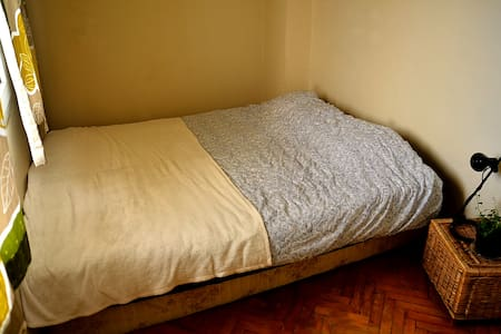Double bed at a cozy flat in middle of Bornova - Bornova - Dům