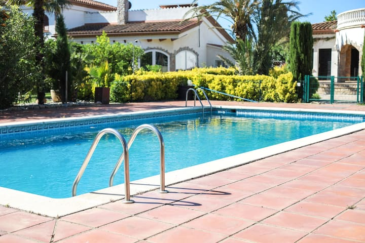 Agréable maison de vacances à Vilacolum avec piscine