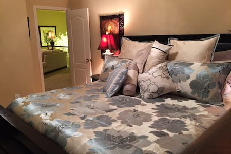 Private Bedroom & Bath w/ King Bed - Plano - Bed & Breakfast