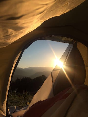 Camping tenda con piscina e vista sui Sibillini