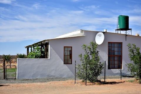 Rooidam-se-huisie:  Karoo Cottage in the veld