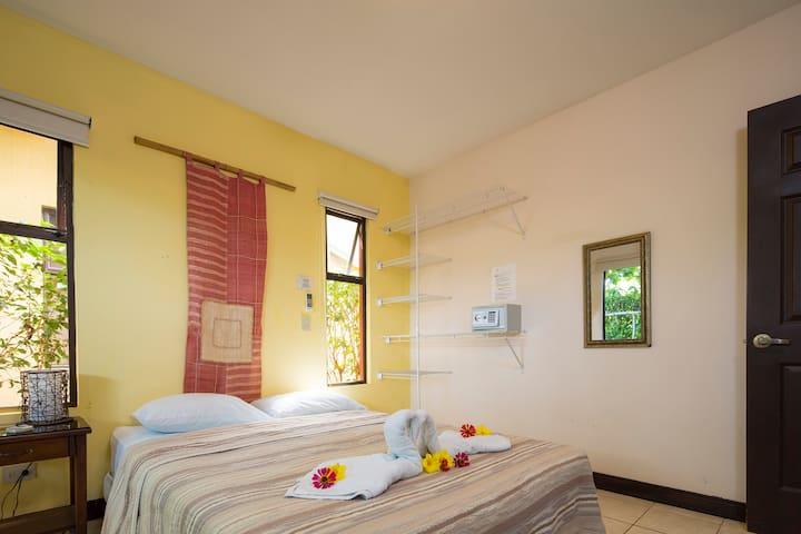 Habitación con una cama matrimonial