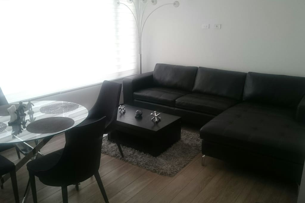 Sala y comedor / living room and round table up to 6 people