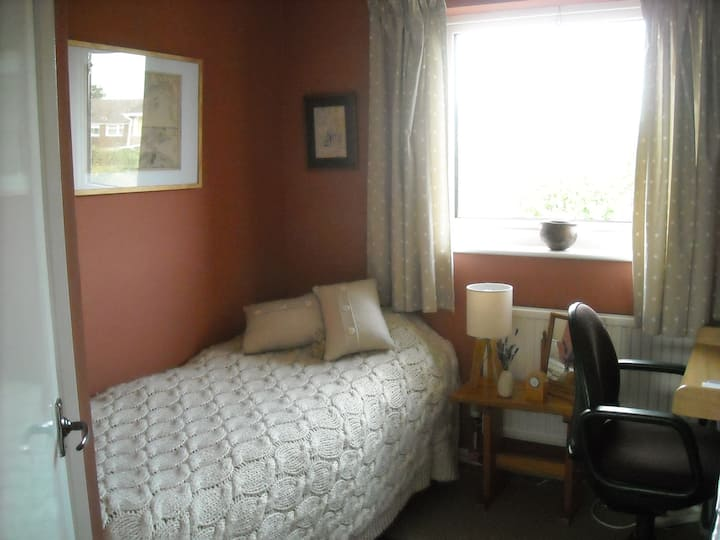 Single Room: Hungerford centre a short walk away!