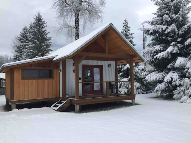 Private 1 bedroom custom built cabin close to town
