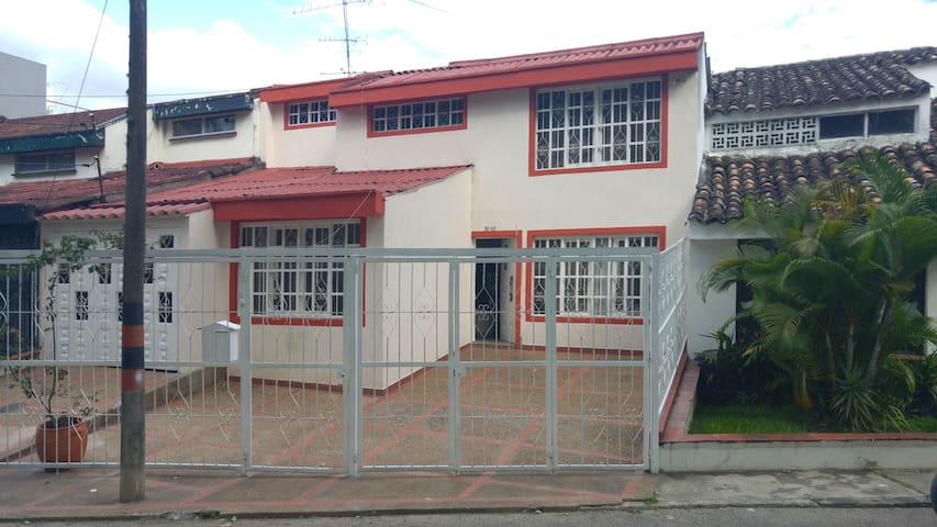 Casa familiar rodeada de zonas verdes - Ibagué - Haus