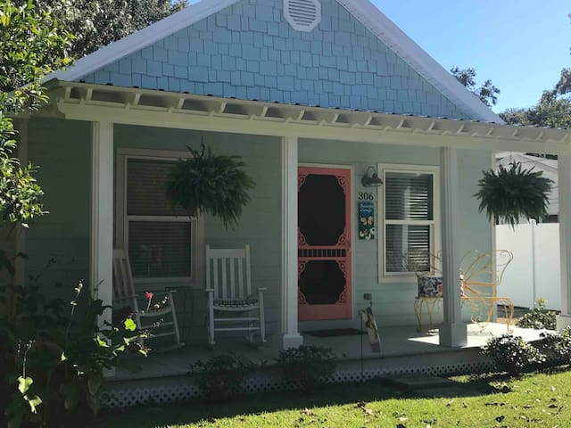 DOWNTOWN OCEAN SPRINGS COTTAGE!!