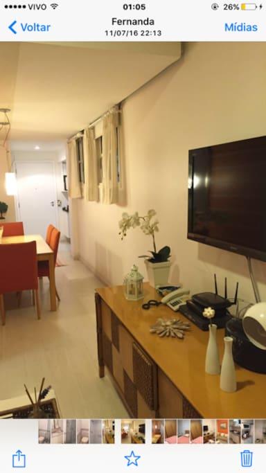 Tv com sala e entrada ao fundo