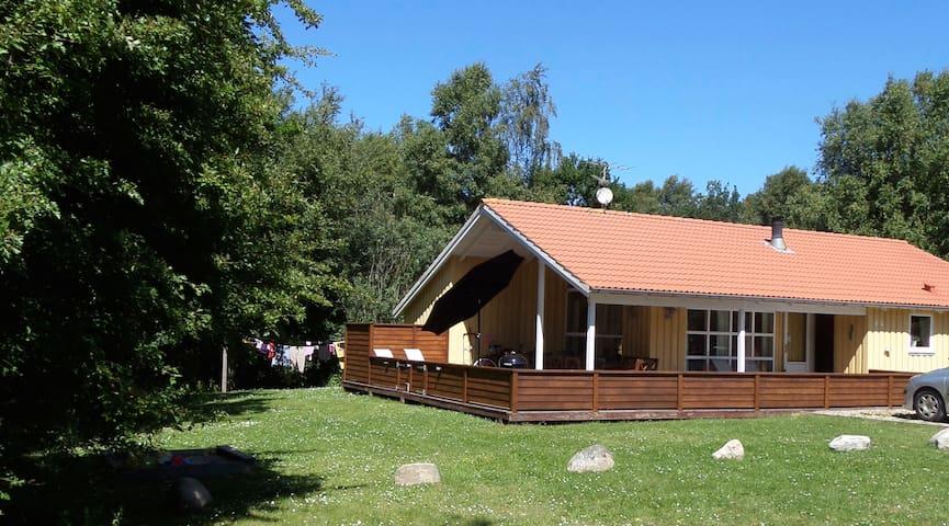 Børnevenligt og velholdt hus med masser af plads - Farsø - Stuga