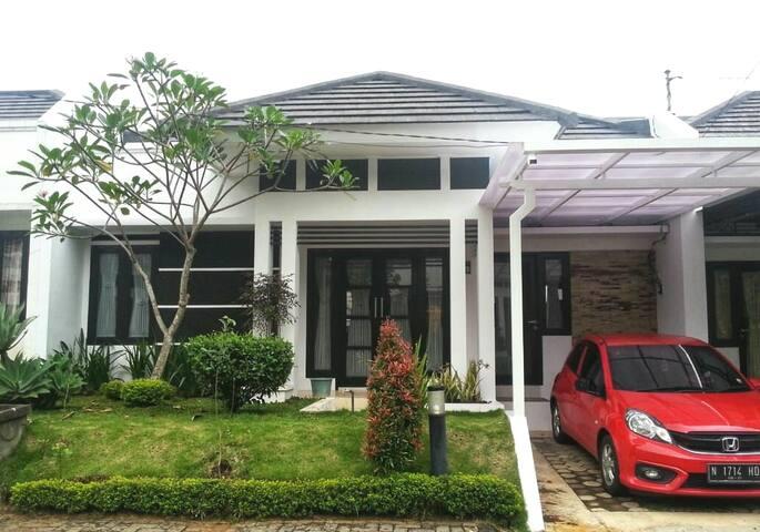Menik Homestay Syariah Villa Greenhill Batu Malang