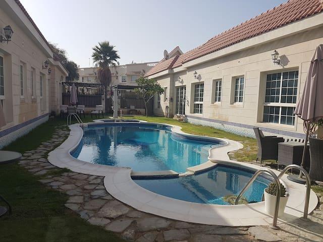 Cozy 2BD villa with swimming pool - Dubai - House