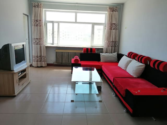 锡林郭勒老民宅,位于市中心,交通便利购物非常方便,小区宁静祥和,是一套两居室独户房。