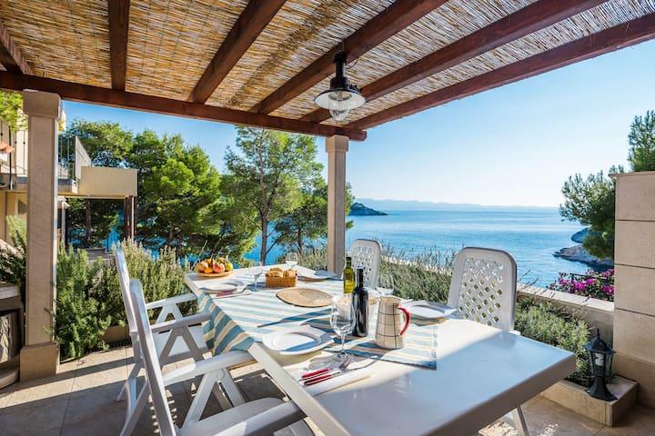 Friendly Apartment for 4 Next to the Sea - Milna - Apartamento