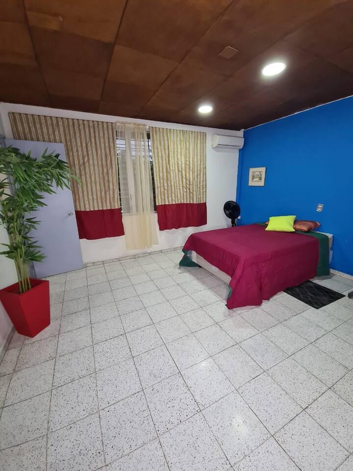 Habitación privada en zona comercial de la Escalon