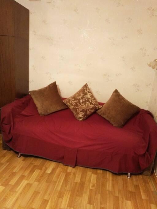 Имеется дополнительный 2-спальный диван,достаточно-больших размеров.Очень удобен и комфортабелен.