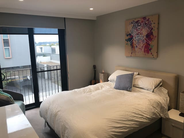 Master Suite on Kingston Foreshore - APH staffers