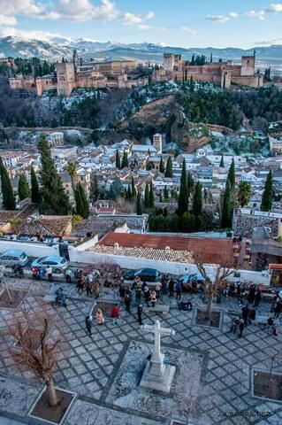 La Alhambra a  20 minutos paseando. El Albaycín a 10 minutos a pie.