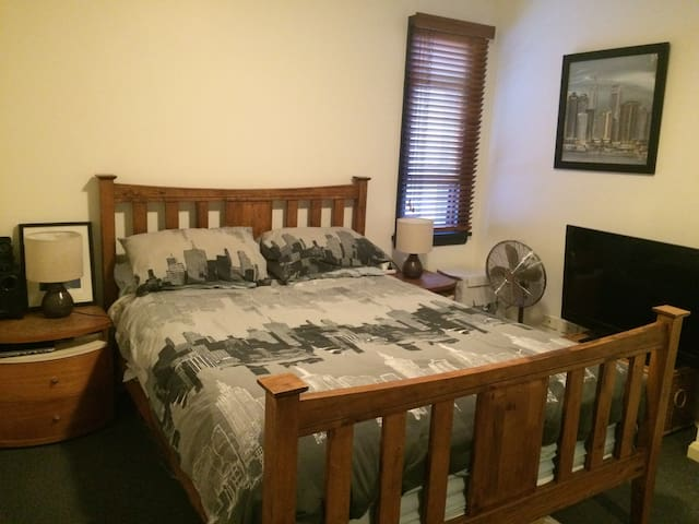 Extremely Comfortable Queen Room - Zetland - Casa