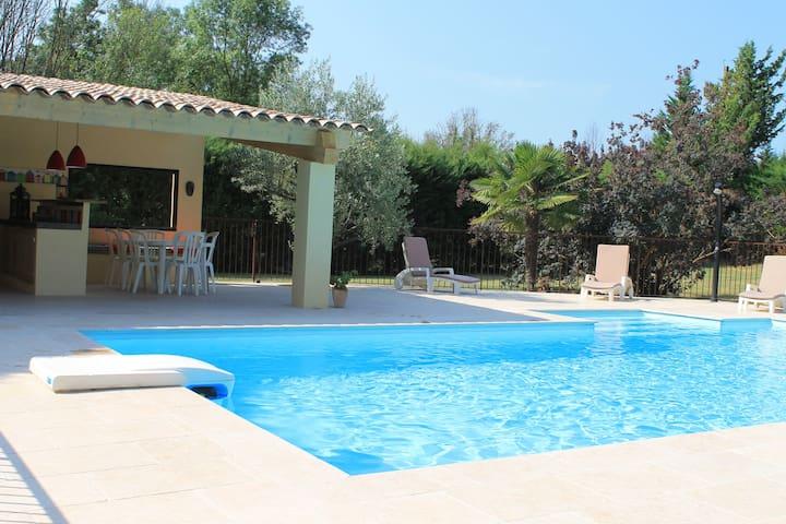 villa, piscine et son pool house au pied de Grasse