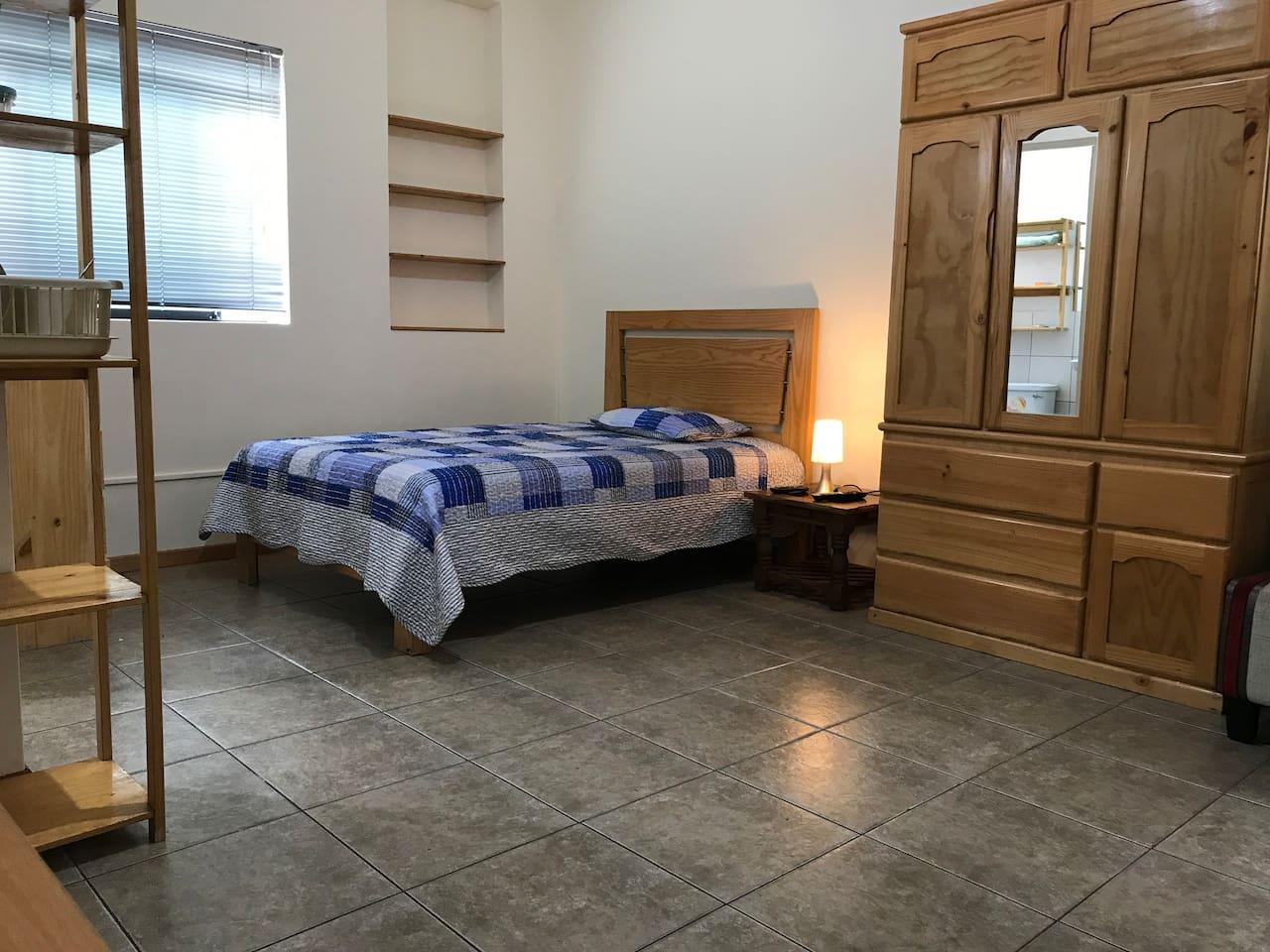 Vista con la cama y muebles