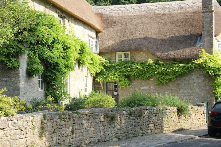 Stone &Thatch Cottage built 1590