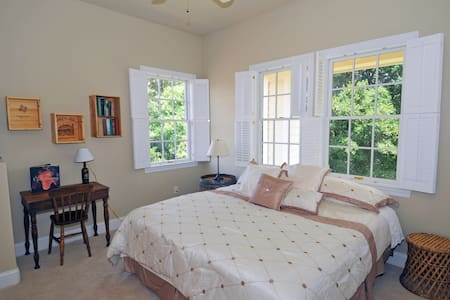 Private suite in Rustic Wine Country Inn - Fairfield