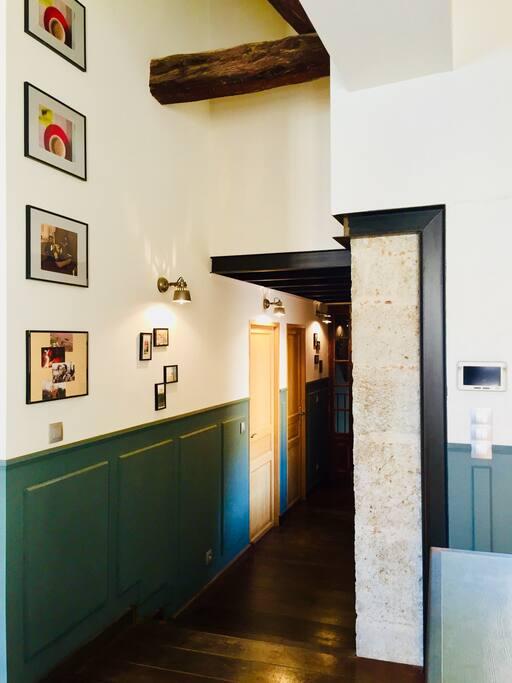 Couloir donnant sur cuisine, séjour, suite parentale et wc