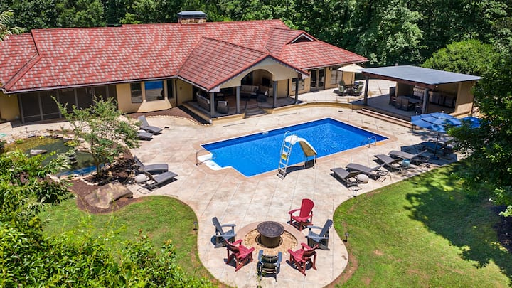 Sweet Tea Estate - Large House with Dream Backyard