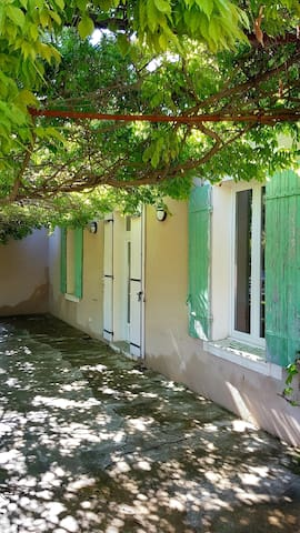 Entrée de votre Airbnb  A gauche votre fenêtre de chambre.  A droite votre fenêtre de cuisine.