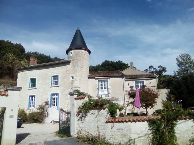 Manoir Le Cristal (Futuroscope) Chambre de la tour - Beaumont - Bed & Breakfast