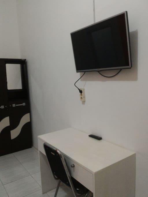 TV, meja dan kursi