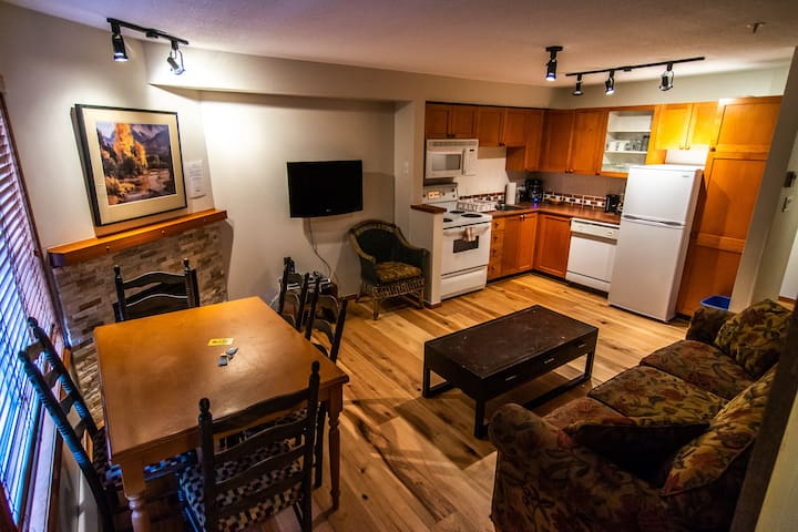 One BR with Pool & Hot Tub / Walk to Olympic Plaza