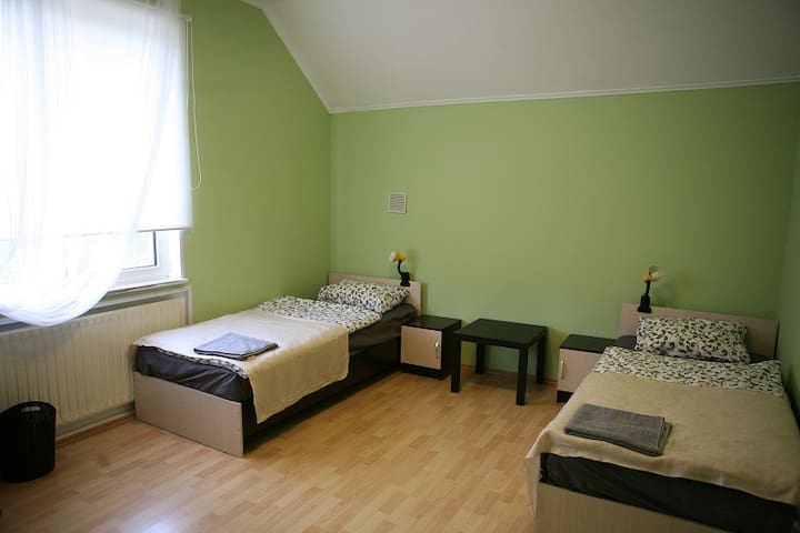 Кровать в общем номере с 2 кроватями.